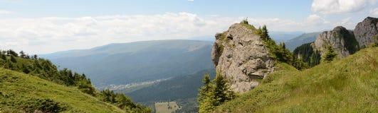 Beau paysage des montagnes carpathiennes en Roumanie, vue de panorama images libres de droits