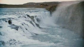 Beau paysage des montagnes et de l'eau Vue de la cascade étonnante de Gullfoss en Islande banque de vidéos