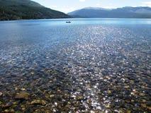 Beau paysage des montagnes et des lacs entourés par des arbres et branches dans Bariloche, Argentine Photos libres de droits