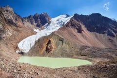 Beau paysage des montagnes neigeuses image libre de droits