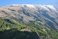 Beau paysage des montagnes rocheuses et neigeuses dans la campagne image libre de droits
