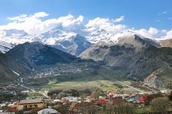 Beau paysage des montagnes rocheuses et neigeuses dans la campagne photographie stock