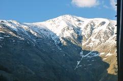 Beau paysage des montagnes rocheuses et neigeuses dans la campagne images stock