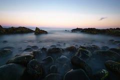 Beau paysage des roches dans l'océan atlantique photos libres de droits