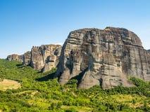 Beau paysage donnant sur dans la vallée de la rivière Pinyos et les formations de roche dans les montagnes photos stock