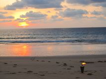Beau paysage donnant sur la torche brûlante sur une plage romantique au coucher du soleil photo libre de droits