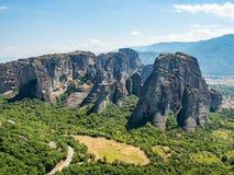 Beau paysage donnant sur la ville de Kalambaka dans la vallée de la rivière Pinyos et des formations de roche dans les montagnes photo libre de droits