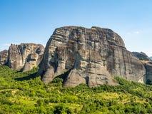 Beau paysage donnant sur la ville de Kalambaka dans la vall?e de la rivi?re Pinyos et des formations de roche dans les montagnes image libre de droits