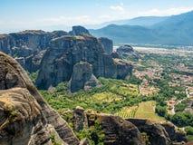 Beau paysage donnant sur la ville de Kalambaka dans la vall?e de la rivi?re Pinyos et des formations de roche dans les montagnes photos libres de droits