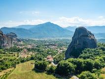 Beau paysage donnant sur la ville de Kalambaka dans la vall?e de la rivi?re Pinyos et des formations de roche dans les montagnes image stock