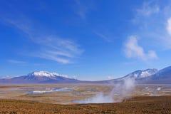 Beau paysage du Hot Springs Polloquere, lac de sel de Salar De Surire, Isluga Volcano National Park, Chili Photographie stock