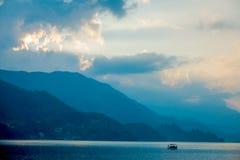 Beau paysage du lac situé dans la ville de Pokhara, Népal Images stock