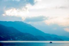 Beau paysage du lac situé dans la ville de Pokhara, Népal Photos libres de droits