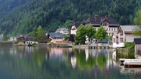 Beau paysage du village de Hallstatt et du lac Hallstatt avec le ciel nuageux dramatique dans Hallstatt-Dachstein banque de vidéos