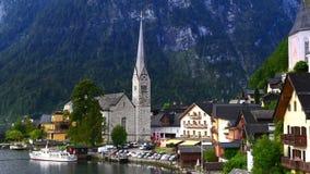 Beau paysage du village de Hallstatt et du lac Hallstatt avec le ciel nuageux dramatique dans Hallstatt-Dachstein clips vidéos