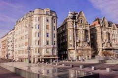 Beau paysage et vue urbaine de Budapest, de rues et de bâtiments sous le ciel dramatique Photo stock