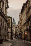 Beau paysage et vue urbaine de Budapest, de rues et de bâtiments sous le ciel dramatique Photographie stock