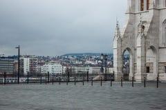 Beau paysage et vue urbaine de Budapest, de rues et de bâtiments sous le ciel dramatique Images libres de droits