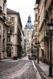 Beau paysage et vue urbaine de Budapest, de rues et de bâtiments sous le ciel dramatique Images stock