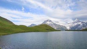 beau paysage fabuleux avec des vagues sur le lac dans les Alpes suisses, l'Europe Wetterhorn, Schreckhorn, Finsteraarhorn et Bach clips vidéos