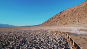 Beau paysage lac de Death Valley de parc national la Californie - de Badwater à sel banque de vidéos
