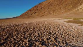Beau paysage lac de Death Valley de parc national la Californie - de Badwater à sel clips vidéos
