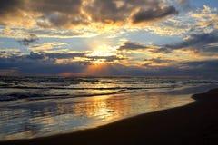 Beau paysage : le ciel nuageux et la mer reflète le soleil, au lever de soleil ou au coucher du soleil Photographie stock libre de droits