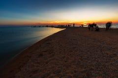 Beau paysage marin avec des personnes observant le coucher du soleil au-dessus de la mer Photographie stock libre de droits