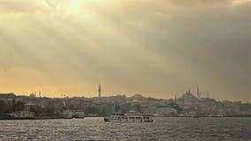 Beau paysage marin avec la banque de vieux bâtiments historiques d'Istanbul Turquie avec la mosquée de Suleymaniye dans rayons de banque de vidéos