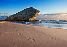 Beau paysage marin avec la roche Images libres de droits