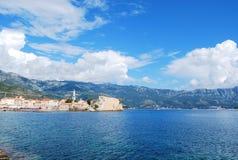 Beau paysage marin avec la vieille ville et les montagnes Photos libres de droits