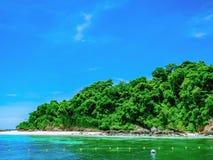 Beau paysage marin avec la ville Thaïlande de rayong d'île de talu de KOH photographie stock