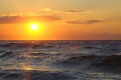 Beau paysage marin avec le coucher du soleil Images libres de droits
