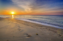Beau paysage marin, empreintes de pas dans le sable Images stock