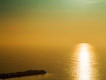 Beau paysage marin fantastique de coucher du soleil avec la ligne disapp d'horizon Image stock