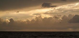 Beau paysage marin, nuages oranges dans le ciel, coucher du soleil Image libre de droits
