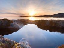 Beau paysage marin Refléter du coucher du soleil dans des piscines d'eau dans les roches Océan lisse photo libre de droits