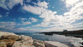 Beau paysage marin sur l'île Tabarca, Espagne Mer, roches, ciel et relaxation banque de vidéos