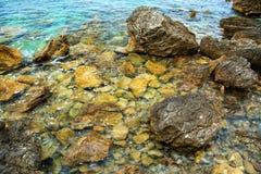 Beau paysage marin Surface de mer, roches sur la plage Falaise en gros plan et pierre sur le rivage Image libre de droits
