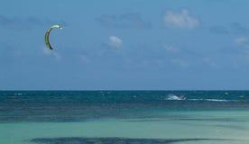 Beau paysage marin, surfer de cerf-volant en mer Photographie stock libre de droits