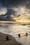 Beau paysage marin vibrant à l'image de coucher du soleil avec le ciel dramatique et photographie stock