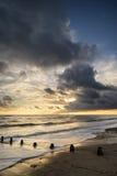 Beau paysage marin vibrant à l'image de coucher du soleil avec le ciel dramatique et photos stock
