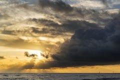 Beau paysage marin vibrant à l'image de coucher du soleil avec le ciel dramatique et images libres de droits