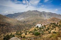 Beau paysage montagneux de Crète avec le village muré blanc en vallée images libres de droits