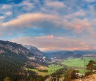 Beau paysage panoramique coloré avec les montagnes alpines Photographie stock libre de droits