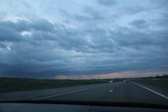 Beau paysage par le verre de voiture photographie stock