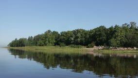 Beau paysage reflété dans l'eau calme banque de vidéos