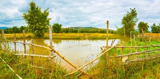 Beau paysage rural, étang sur le premier plan laos Panoram photos stock
