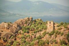 Beau paysage rural avec des ruines abandonnées de ville bizantine au-dessus du lac Bafa, réserve naturelle de la Turquie photographie stock