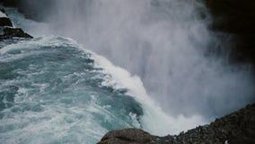 Beau paysage scénique de la cascade de Gullfoss en Islande Éclaboussant l'eau tombant vers le bas de la falaise de la mousse Image libre de droits